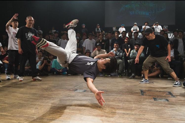 怪我からの復帰と転機。今シーズン初出場にして、DANCE ALIVE HERO'S2017ファイナリストの座を勝ち取った「AZUMA(WASEDA BREAKERS)」にDewsが迫る!