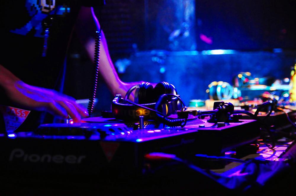 DJって何をしているの?初心者向けのDJハウツー動画も紹介 | | Dews ...
